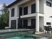 Neuwertiges Einfamilienhaus mit Pool und Doppelgarage